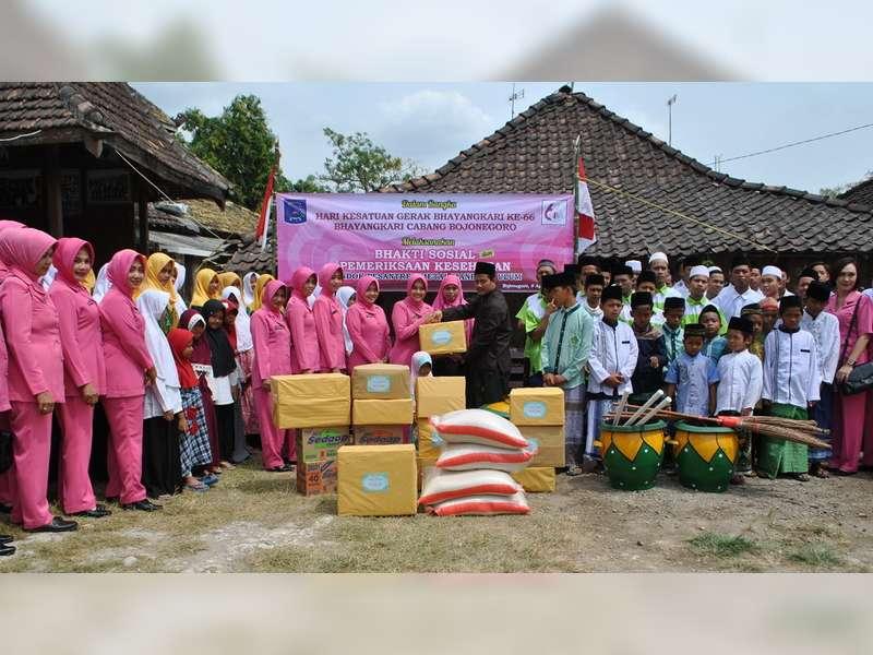 Bhayangkari Cabang Bojonegoro Bakti Sosial ke Pondok Pesantren