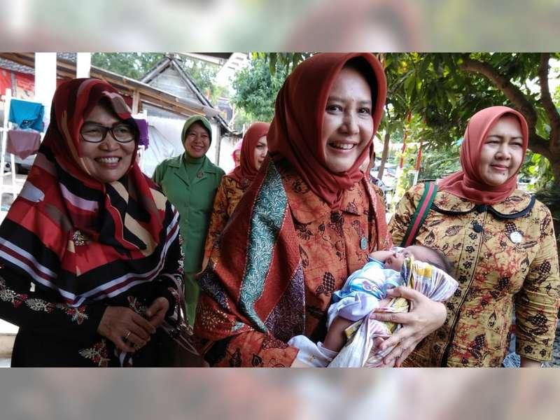 Istri Pj Bupati Bojonegoro, Kunjungi Bayi Yang Ditemukan di Banjarsari Trucuk