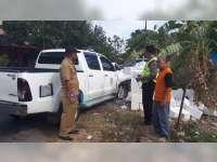 Pecah Ban, Mobil Milik DLH Bojonegoro Tabrak Tumpukan Batu di Pinggir Jalan