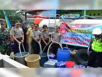 Polres Blora Kirim Bantuan 9 Tangki Air Bersih Untuk Warga Dukuh Ngetrep