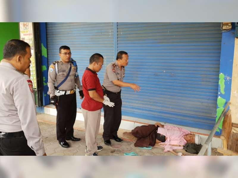 Polisi di Bojonegoro Evakuasi Seorang Musafir Yang Kedapatan Sakit di Emper Toko