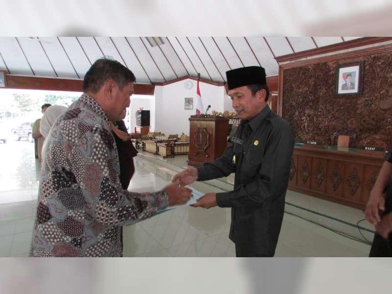 Wakil Bupati Serahkan SK Purna Tugas, PNS di Lingkup Pemkab Bojonegoro