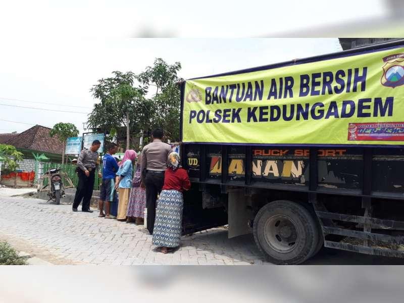 Polisi di Kedungadem Bojonegoro, Salurkan Bantuan Air Bersih Pada Warga
