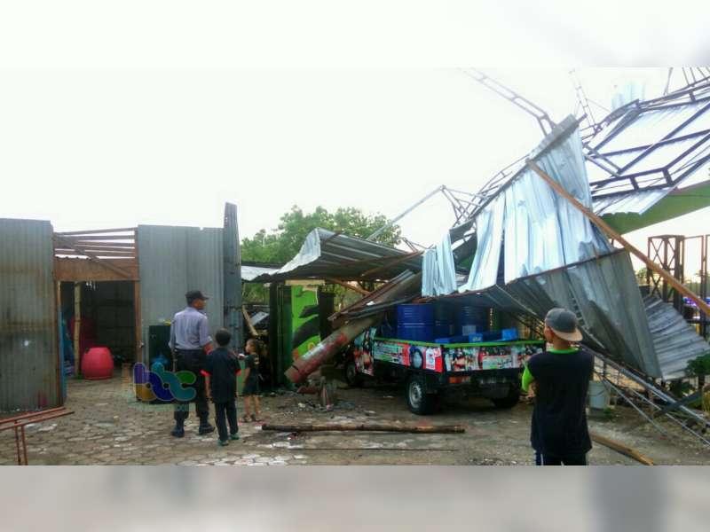 Angin Kencang di Kepohbaru Bojonegoro Robohkan Kanopi dan Tiang Listrik PLN