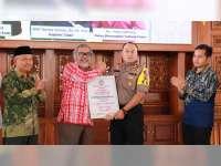 Kapolres Tuban Terima Penghargaan Dari Komnas Perlindungan Anak