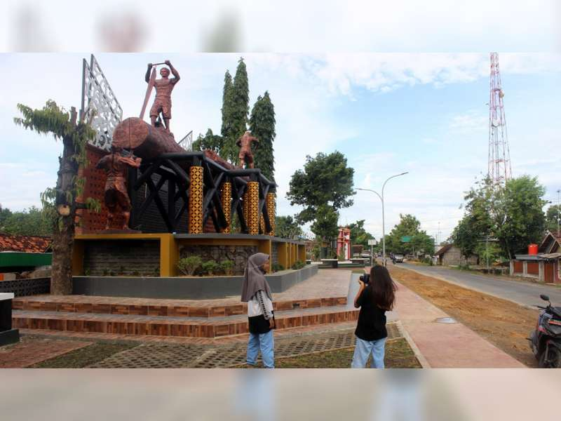 Patung Tukang Penggergaji Kayu di Perbatasan Blora Jadi Spot Swafoto Baru