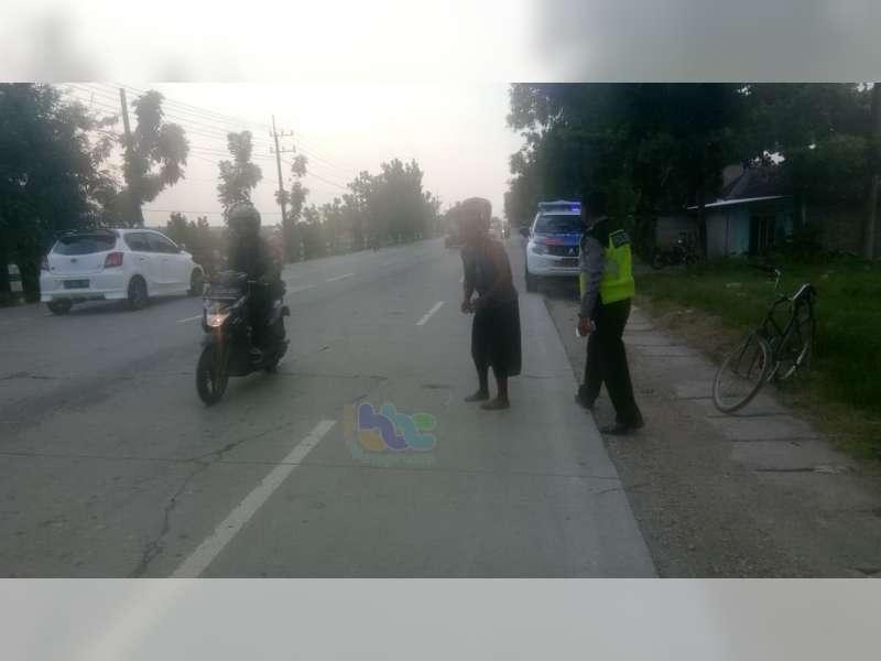 Ceroboh Saat Mendahului, Pemotor di Bojonegoro Tabrak Penyeberang Jalan