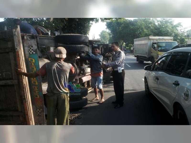 Pecah Ban, Truk Bermuatan Rongsokan Terguling di Baureno Bojonegoro