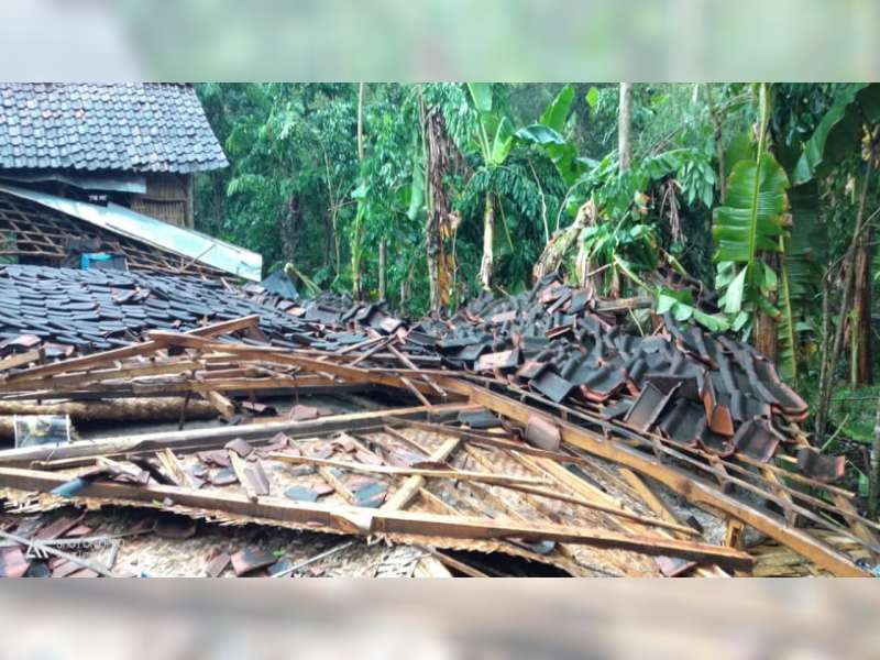 Diterjang Angin Kencang, Sejumlah Rumah Warga Balen Bojonegoro Roboh