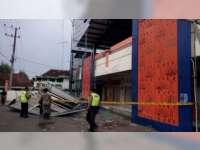 Diterpa Angin, Ornamen Bangunan Pasar Kalitidu Bojonegoro Runtuh