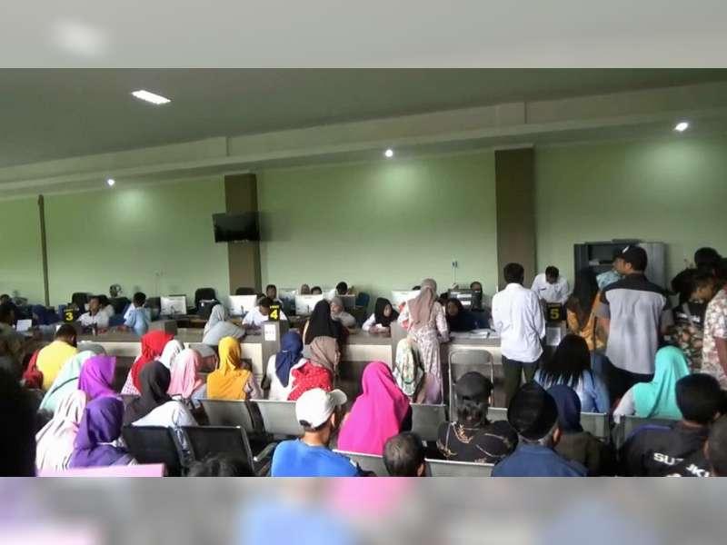 Ratusan Warga Bojonegoro Berdesak-Desakan Saat Urus KTP Elektonik
