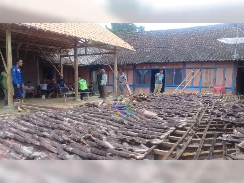 Rumah Warga Sekar Bojonegoro Roboh Saat Diperbaiki, Seorang Warga Luka Berat
