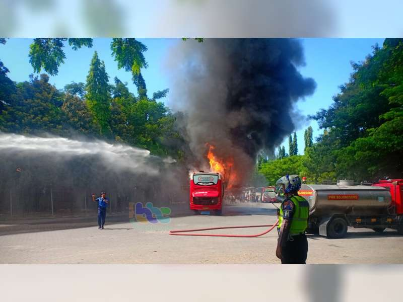 Bus Agra Mas Hangus Terbakar di Terminal Rajekwesi Bojonegoro