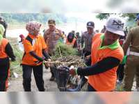 Polres Bersama DLH Bojonegoro Bersih-Bersih Sampah di Bantaran Sungai Bengawan Solo