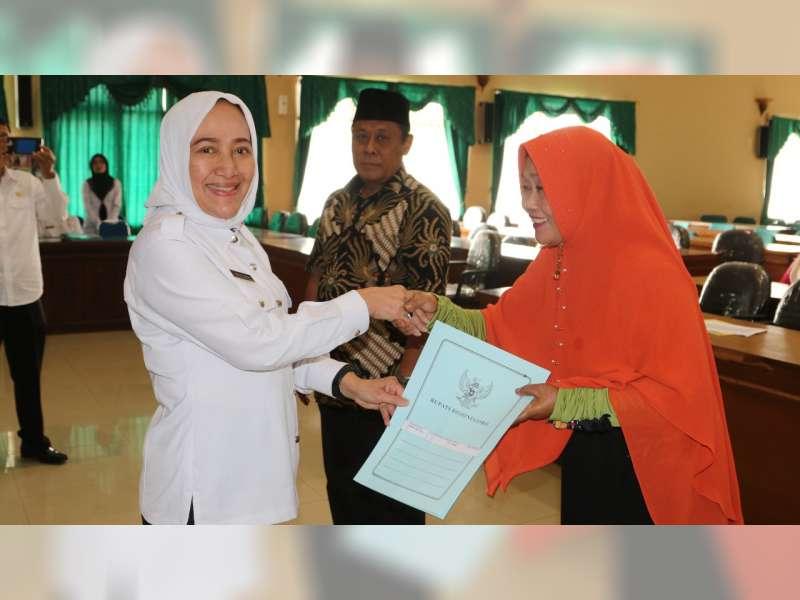 Bupati Serahkan 33 SK Purna Tugas ASN di Lingkup Pemkab Bojonegoro