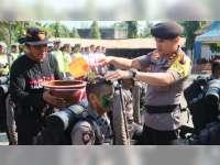 Bintara Remaja Yang Baru Bertugas di Polres Bojonegoro Jalani Prosesi Mandi Air Kembang