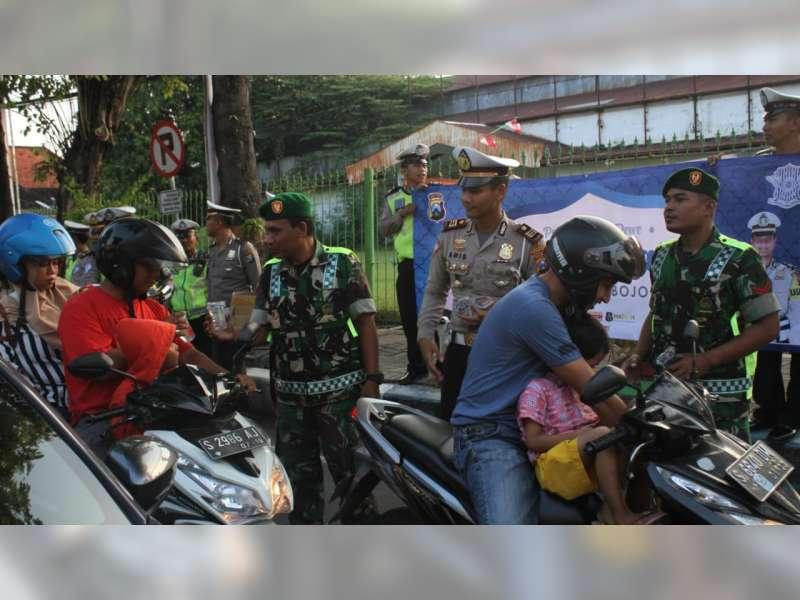TNI dan Polri di Bojonegoro Kompak Bagi-Bagi Takjil pada Masyarakat