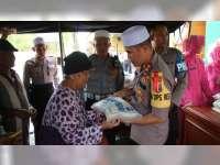 Polres Bojonegoro Bagikan 500 Paket Zakat Fitrah pada Warga Kurang Mampu