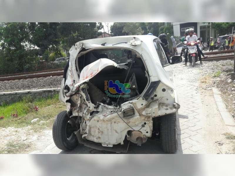 Sebuah Mobil Ditabrak Kereta Api di Perlintasan Tanpa Palang Pintu di Kapas Bojonegoro