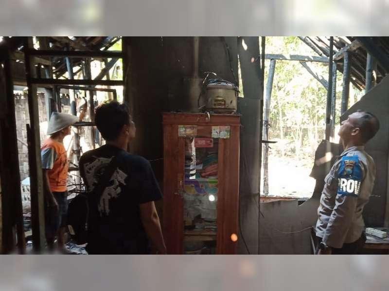 Diduga Akibat Korsleting Listrik, Rumah Milik Warga Sukosewu Bojonegoro Terbakar
