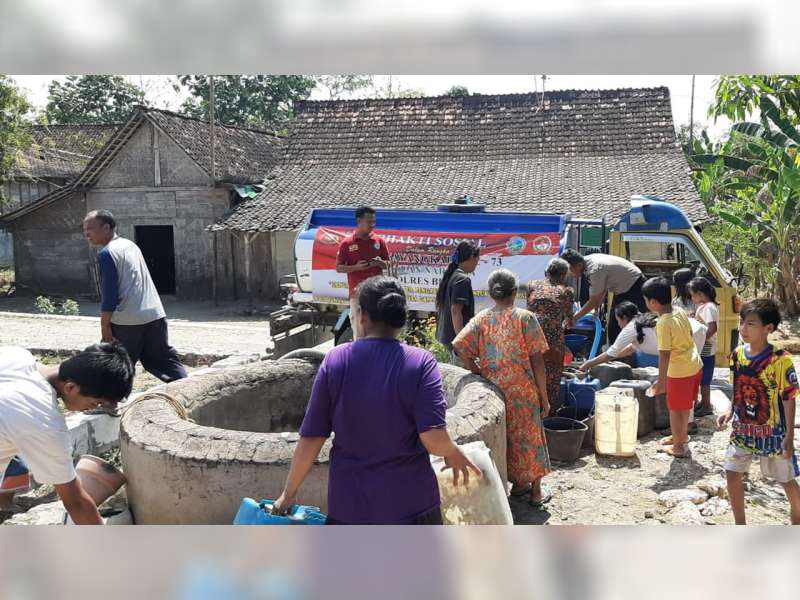 Bantu Warga Kekeringan, Polres Blora Salurkan 20 Tangki Air Bersih