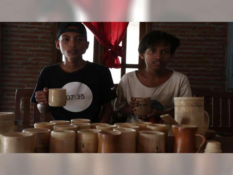 Pemuda di Blora ini Manfaatkan Bambu Jadi Kerajinan Gelas Cantik