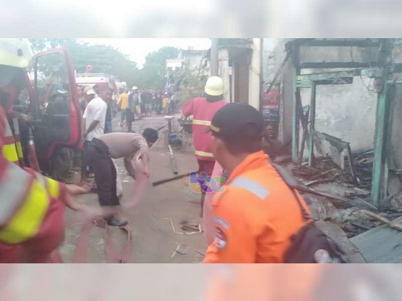 Tiga Unit Kios di Pasar Desa Blimbinggede Kecamatan Ngraho Bojonegoro Terbakar