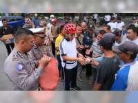 Polisi di Bojonegoro Bagi-Bagi Nasi Bungkus pada Abang Becak