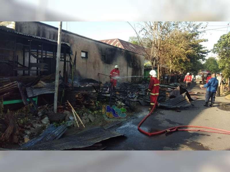 Tiga Unit Bangunan Warung di Jalan Hayam Wuruk Bojonegoro Ludes Terbakar