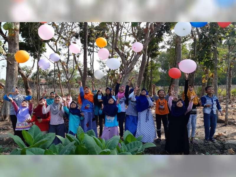 Keceriaan Anak-Anak dalam Sekolah Alam di Desa Samberan Kanor Bojonegoro