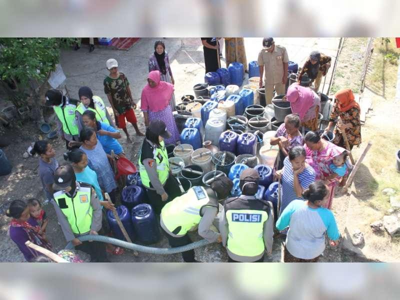 Peringati HUT Polwan ke-71, Polwan Polres Bojonegoro Bagikan Air Bersih