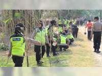Polwan Polres Bojonegoro Bersama Warga Tanam Bambu di Bantaran Sungai Bengawan Solo