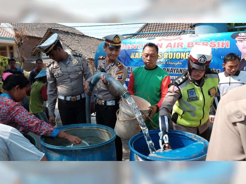 Sat Lantas Polres Bojonegoro Salurkan Bantuan Air Bersih pada Warga di Ngasem