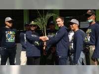 Masyarakat dan Karyawan EMCL Berbaur dalam Kerja Bakti Sukarelawan di Desa Manukan