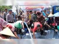 Kapolres Bojonegoro Salurkan Bantuan Air Bersih Untuk Warga Kepohbaru