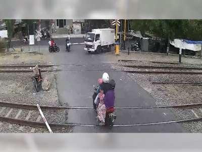 Viral! Emak-Emak di Bojonegoro Tabrak Palang Pintu Perlintasan Kereta Api Hingga Patah