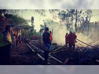 Ditinggal Pergi Pemiliknya, Rumah Pengepul Rongsokan di Kanor Bojonegoro Ludes Terbakar