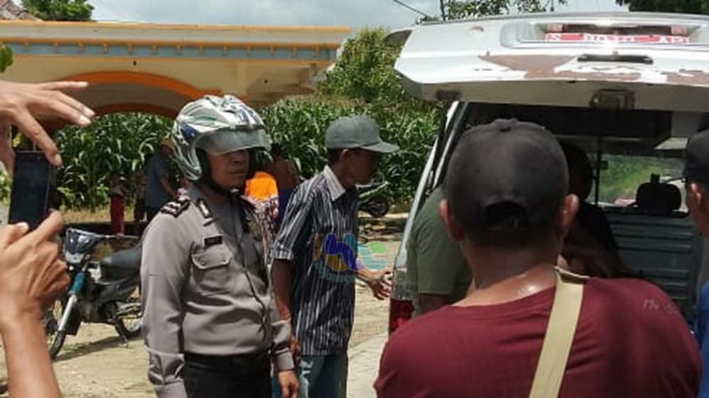 Jenazah korban tenggelamnya Moch Akbar Febriansyah bin Sukoco (7),  saat dievakuasi dari TKP ke rumah duka.